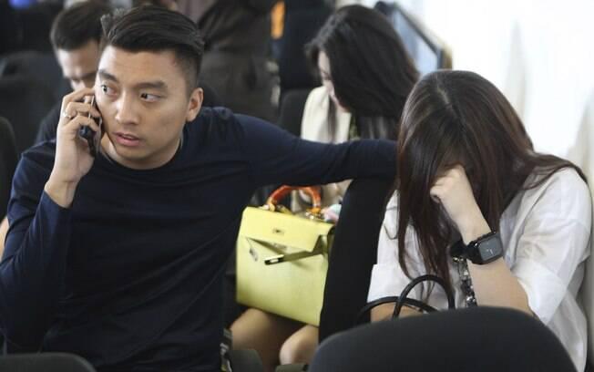 Familiares aguardam notícias sobre destino do voo da AirAsia, que desapareceu neste sábado (27). Foto: AP Photo/Trisnadi