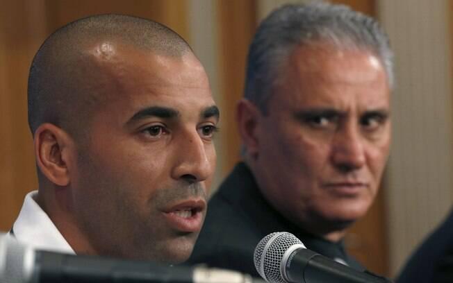 Emerson e Tite dão entrevista protocolar da  Fifa um dia após a chegada ao Japão
