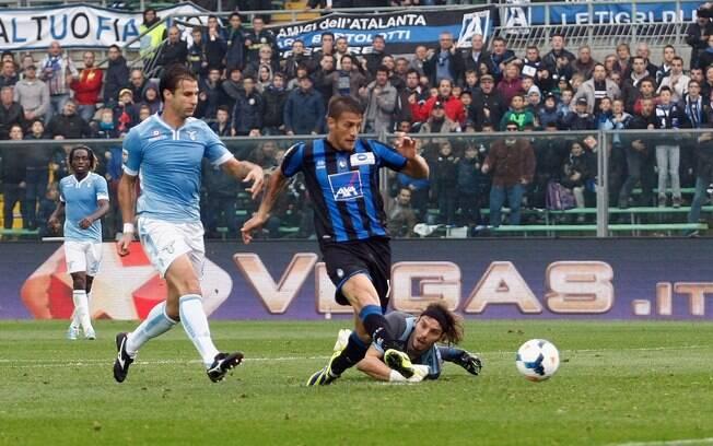 German Denis faz o gol da vitória da Atalanta sobre a Lazio