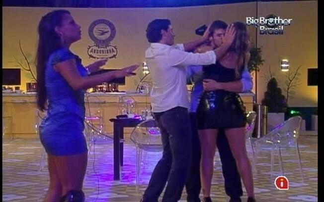 Fael conduz o beijo de Jonas e Monique