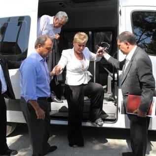 Com o pé imobilizado, Xuxa inaugura escola em homenagem a Hebe Camargo