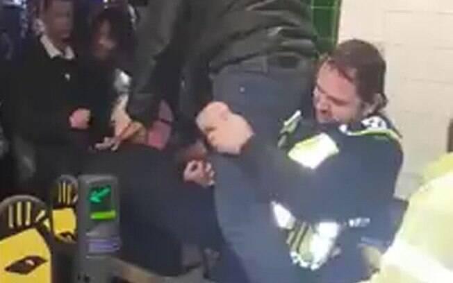 Um homem teve uma surpresa nem um pouco agradável ao pular a catraca do metrô de Londres: seu pênis ficou preso