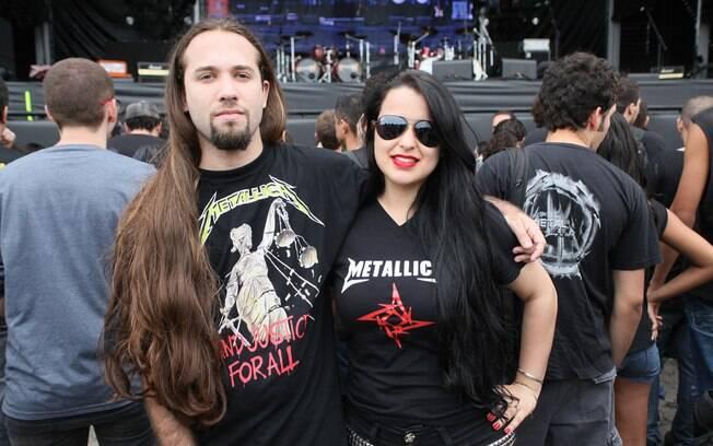 Casal mostra camisetas do Metallica no Rock in Rio. Foto  Vivian Fernandez   iG f9f0e3b2b05b2