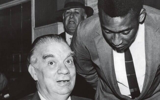 Mário Filho ao lado de Pelé