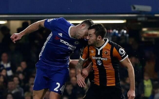 Ryan Mason, jogador do Hull City, leva cabeçada de Gary Cahill, zagueiro do Chelsea