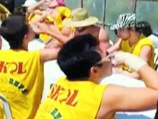 Abuso. Estudantes bebem doses de vodca durante competição que levou estudante à morte