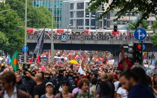 Manifestação reuniu cerca de 22 mil pessoas no centro de Hamburgo; movimentos tentam se distanciar de atos violentos