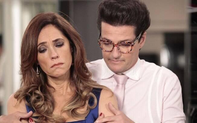 Arrasada, Tereza Cristina chora diante do espelho e Crô a consola