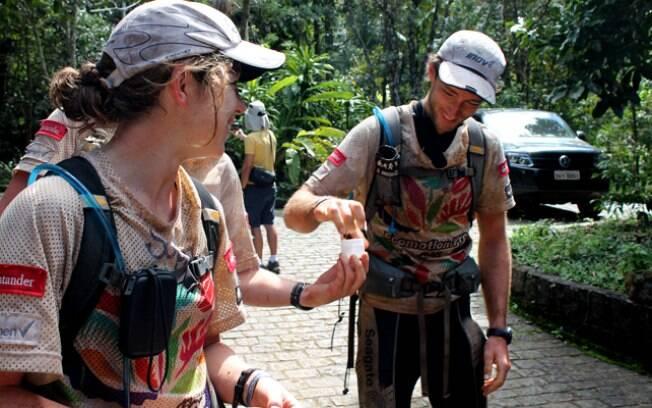 Detalhe da equipe Segate se preparando para  mais uma etapa de trekking na corrida de aventura