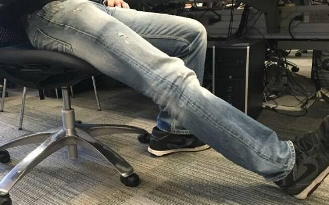 Com a perna estendida, a pessoa eleva o peito do pé, vira o pé para cima. Este exercício trabalha especialmente o tibial anterior.