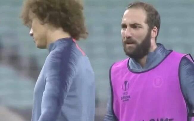 David Luiz e Higuaín discutem no treino do Chelsea.