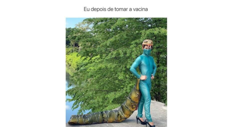 Homem se vacinou fantasiado de cobra em Manaus
