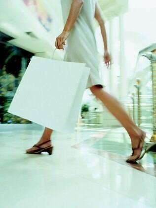 Mulheres escondem gastos: