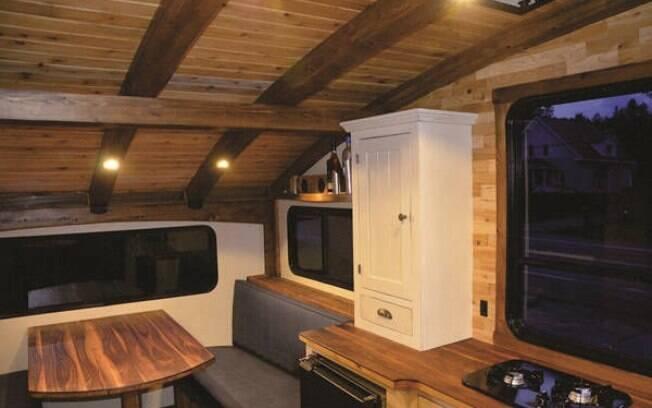 O interior da mini casa (tanto o modelo de férias quanto o de pesca) conta com uma cozinha (com pia, fogão, geladeira e gabinetes), banheiro e uma mesa que facilmente se transforma em uma espaçosa cama próxima a três janelas