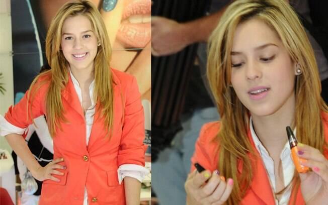 Sophia Abrahão, no ar em Rebelde, mostrou suas unhas coloridas no evento