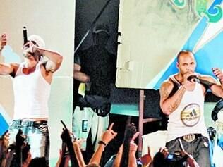 Aldo Rodriguez (à esq.) e Bian Rodriguez  apresentam-se  em Havana