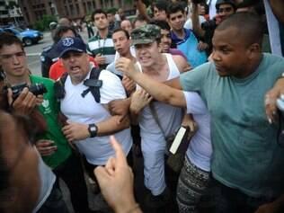 Marcha da Família com Deus pela Liberdade é dispersada pela polícia após confusão provocada por integrantes favoráveis à intervenção militar no país que agrediram manifestantes contrários