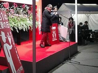 Organizador do evento, Kiyotaka Yamana encoraja um marido a gritar o amor por sua esposa em público
