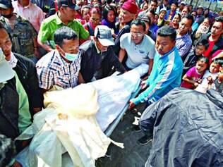 Luto.  Corpo de um dos guias Sherpa que foram mortos é levado para monastério, na capital do Nepal