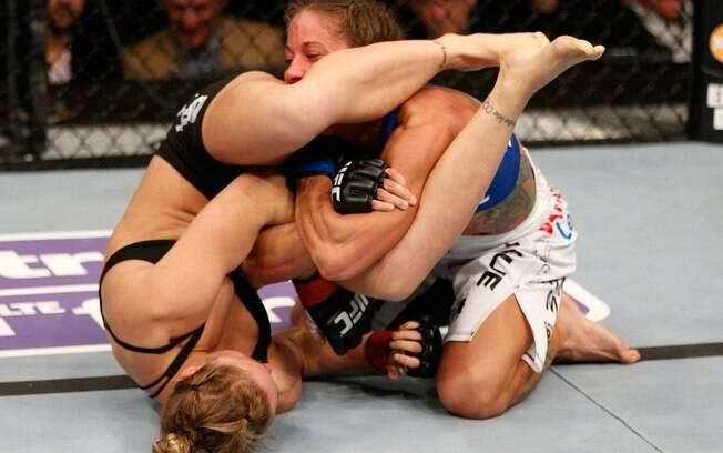 Ronda Rousey aplica golpe em  Liz Carmouche  no UFC 157