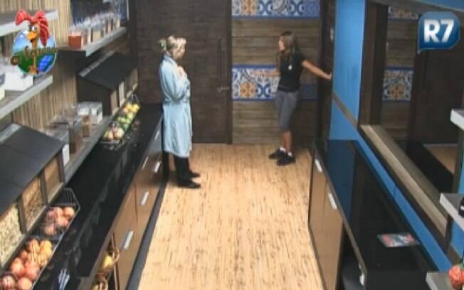 Raquel chama Anna para falar de Monique