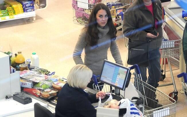 Kate Middleton foi fotografada enquanto fazia compras de supermercado