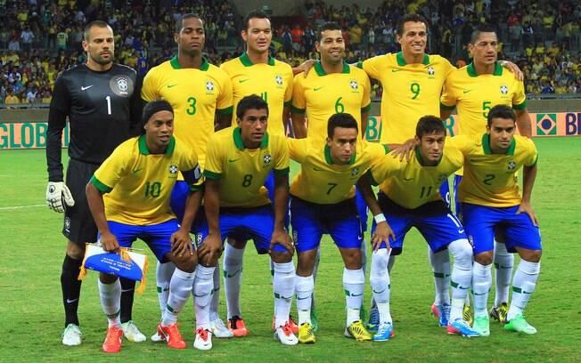 Titulares da seleção brasileira posam para  foto antes do jogo