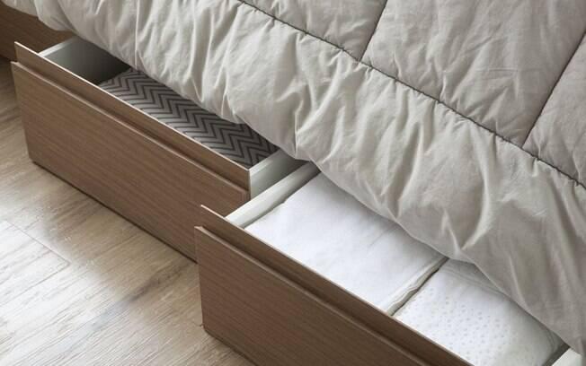 Usar um gaveteiro na cama ajuda a organizar as coisas em casa