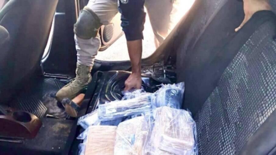 Os policiais da União flagraram um total de 9,5 kg de pasta base de cocaína e 17,8 kg de crack