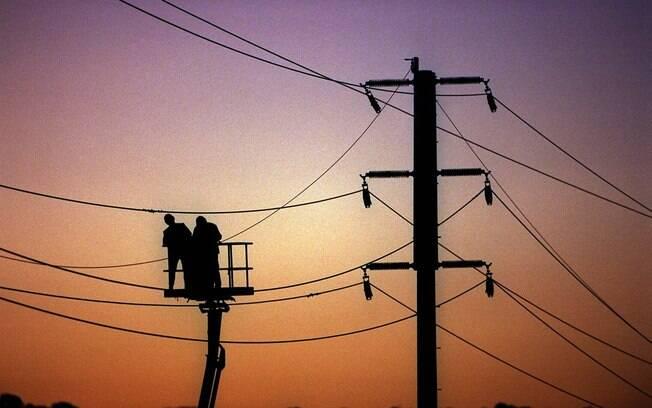 Apesar da melhora, sistema de bandeiras tarifárias, que permite o repasse mensal dos custos extras da geração de energia térmica para as contas de luz do consumidor, deve continuar