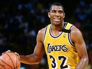 O jogador de basquete Magic Johnson declarou ser soropositivo e começou uma luta pelo desenvolvimento de tratamentos alternativos para portadores do vírus.