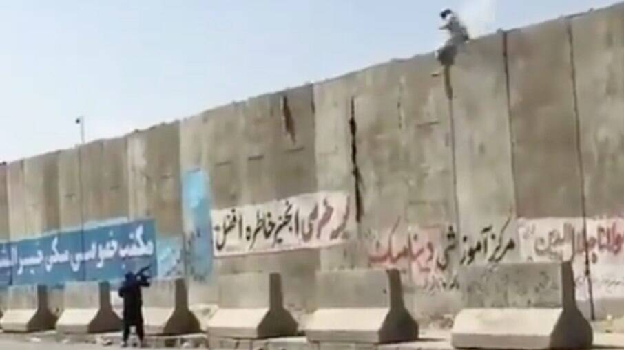 Vídeo mostra soldado atirando em afegão que tentava pular o muro