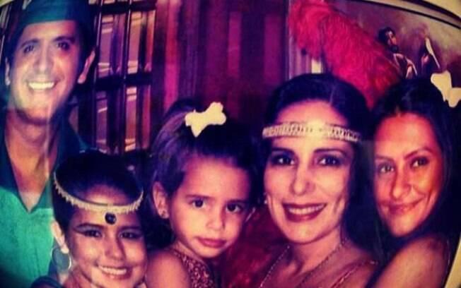 Gloria Pires compartilhou uma imagem antiga em que aparece ao lado do marido, Orlando Morais, e das filhas Ana, Antonia e Cleo Pires