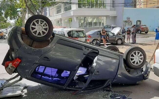 Carro capota após acidente envolvendo mais dois veículos em Campinas