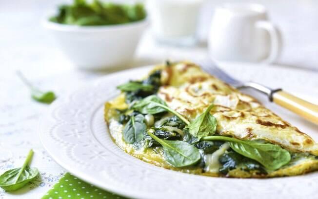 Inclua legumes, folha e itens saudáveis a seu omelete para ter um café ainda mais nutritivo