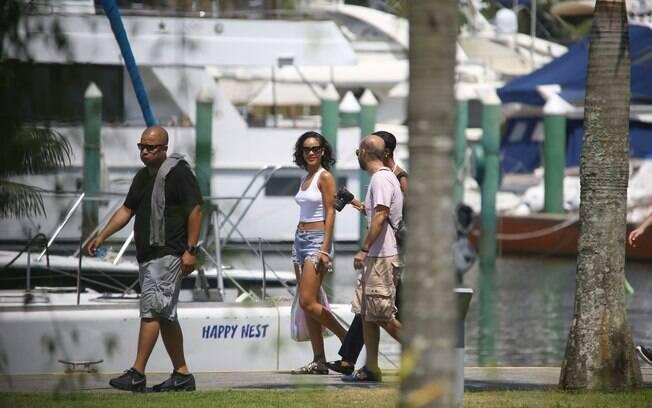 De shorts e barriga de fora, Rihanna desembarca em heliponto em Angra dos Reis