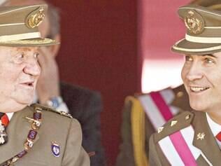 União. Rei Juan Carlos (esq) e o príncipe Felipe em cerimônia marcando o bicentenário de Ordem Real