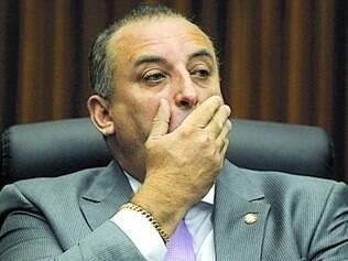 Igual.   Ao ser comparado com Burguês, Magalhães resolveu abrir mudanças para todos parlamentares