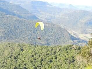 A partir do Ninho das Águias, em Nova Petrópolis, a bela vista pode ser admirada num voo de saltar de paraquedas ou paraglider