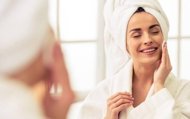 Consultar um dermatologista antes de usar as esponjas como esfoliante para o rosto pode te ajudar a aderir à técnica