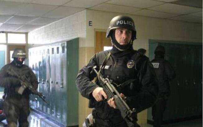 'Nossos agentes qualificados e treinados carregarão fuzis em territórios escolares daqui para frente', declarou o xerife