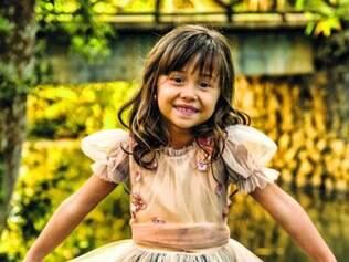 A pequena Nathália Costa vive a cupido Bella na trama das sete