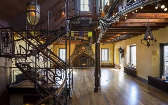 Lareiras, grandes lustres e grandes janelas dão o aspecto de castelo para a mansão