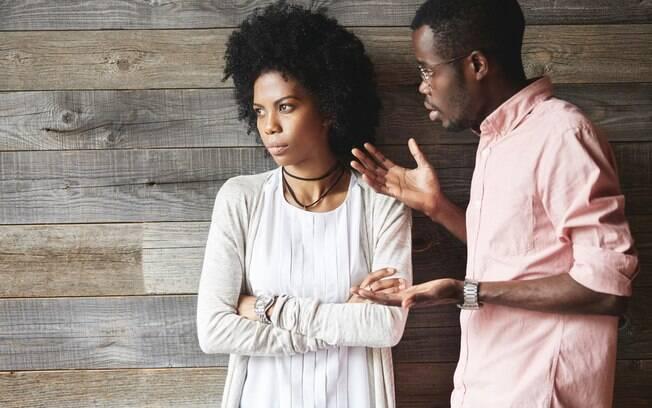 Querer controlar o outro não é um comportamento normal em uma relação e pode ser bastante prejudicial