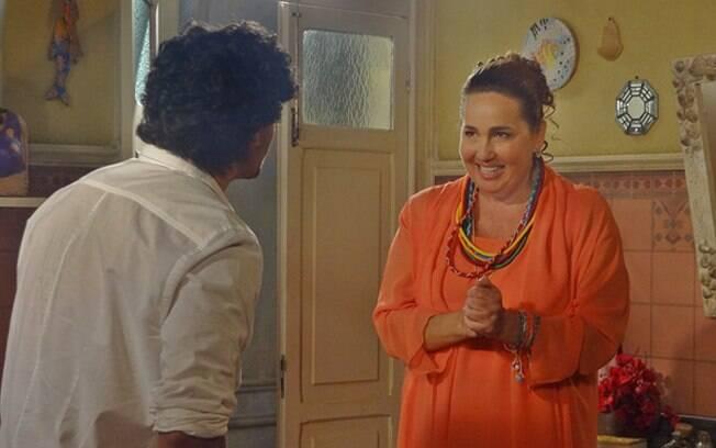 Mãe Iara (Cláudia Jimenez) tenta convencer Bonequeiro (Jesus Luz) a tomar um banho purificador