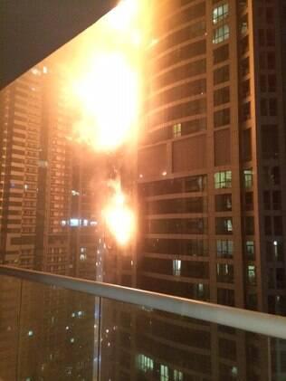 Fogo se alastra por torre de um dos prédios mais altos do mundo em Abu Dhabi