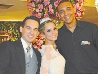 Rafael e Paula Grossi casaram-se na última semana, em Belo Horizonte, com festa no Minas Tênis Clube. Na foto, juntos ao empresário Pedro Andrade, da Peu Drinks.