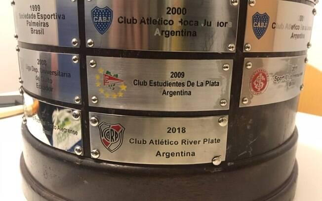 Conmebol postou foto do troféu da Libertadores com o nome