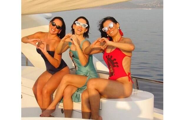 Mônica Carvalho curti férias em passeio de barco  com suas amigas durante o verão europeu