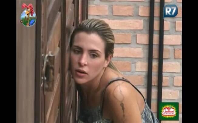 Joana fica atrás da porta atenta à conversa dos peões